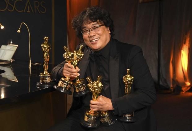 Khoảnh khắc cha đẻ Ký sinh trùng tạo dáng cưng muốn xỉu ở Oscar: Khi bạn có quá nhiều tượng vàng và muốn... đẻ ra thêm - Ảnh 4.