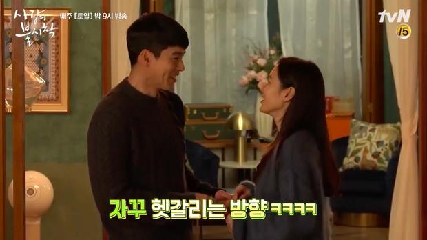 Hyun Bin mê mẩn chị đẹp Son Ye Jin quá rồi, ở hậu trường Crash Landing On You cũng tranh thủ đụng chạm tí? - Ảnh 4.