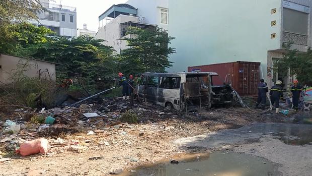 Nhóm trẻ em nghi đốt rác gây cháy 2 xe ô tô 16 chỗ ở Sài Gòn - Ảnh 2.