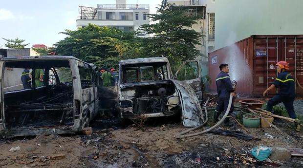 Nhóm trẻ em nghi đốt rác gây cháy 2 xe ô tô 16 chỗ ở Sài Gòn - Ảnh 1.