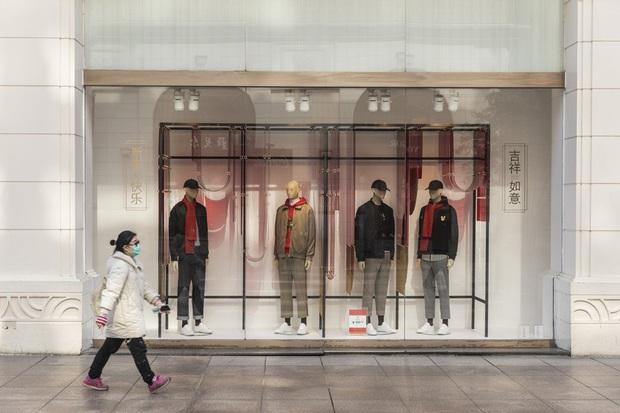 Công xưởng thế giới khốn khổ vì bão virus corona, các thương hiệu thời trang xa xỉ sẽ phải tồn tại như thế nào? - Ảnh 9.