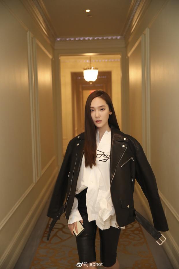 """Jessica Jung lên đồ """"chanh sả"""" dự NYFW nhưng lại bị phóng viên quốc tế dìm thê thảm, lộ từ chân ngắn đến mặt trắng bệch lệch tông - Ảnh 2."""