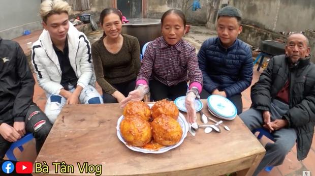 Tiếp tục chơi lớn, bà Tân Vlog làm hẳn 4 quả trứng đà điểu chiên nước mắm siêu to khổng lồ - Ảnh 4.