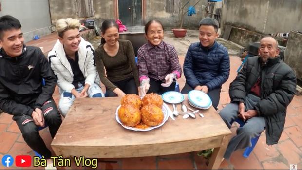 Tiếp tục chơi lớn, bà Tân Vlog làm hẳn 4 quả trứng đà điểu chiên nước mắm siêu to khổng lồ - Ảnh 5.