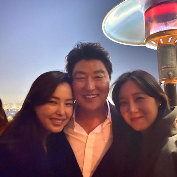 Hoa hậu Hàn và Gong Hyo Jin bỗng bị khủng bố vì dự tiệc hậu Oscar, căng đến mức team Ký sinh trùng phải lên tiếng - Ảnh 5.