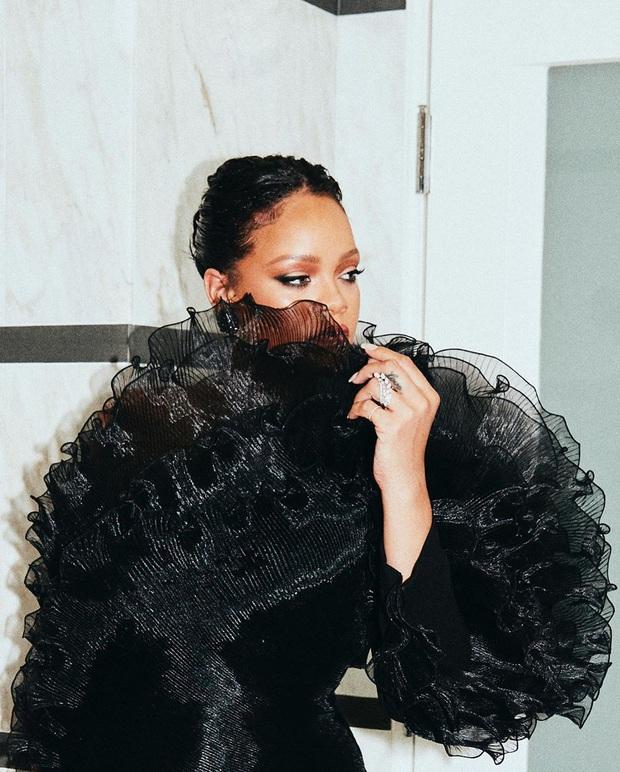 Tiệc hậu Oscar siêu hoành tráng: Kylie quất váy xẻ sâu chặt chém hết cỡ, Khloe - Rihanna chẳng chịu thua chị kém em - Ảnh 8.