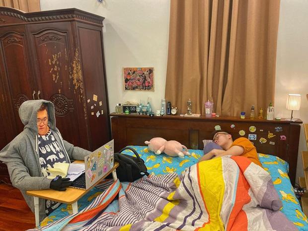 Pha trốn học hot nhất mùa virus Corona: Thanh niên ngồi bất động chăm chú học, nhìn kỹ mới phát hiện điều bất thường - Ảnh 1.