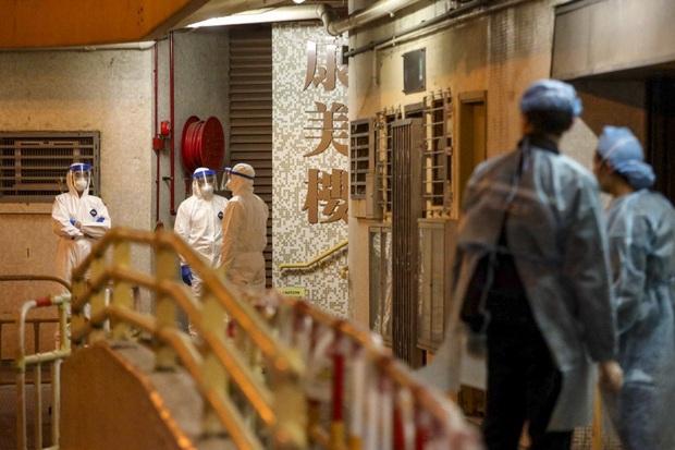 Nguy cơ virus corona lây lan qua đường ống nước, chung cư tại Hong Kong phải di tản khẩn cấp - Ảnh 1.