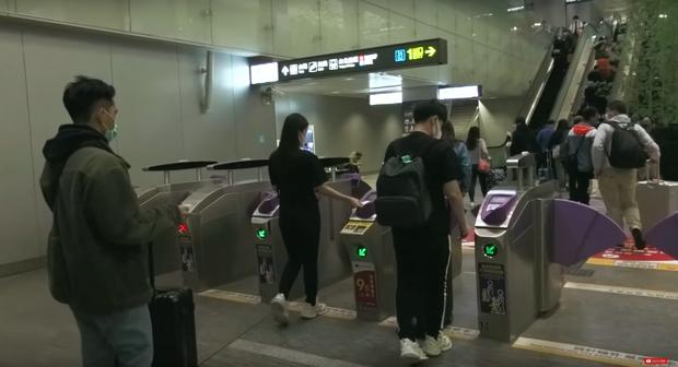 """Đánh liều """"đối đầu"""" với virus Corona, Đông Nhi - Ông Cao Thắng rủ cả gia đình du lịch Đài Loan dịp đầu năm, vui vẻ đi ăn uống khắp nơi - Ảnh 3."""