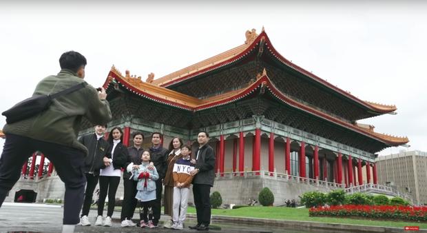 """Đánh liều """"đối đầu"""" với virus Corona, Đông Nhi - Ông Cao Thắng rủ cả gia đình du lịch Đài Loan dịp đầu năm, vui vẻ đi ăn uống khắp nơi - Ảnh 16."""