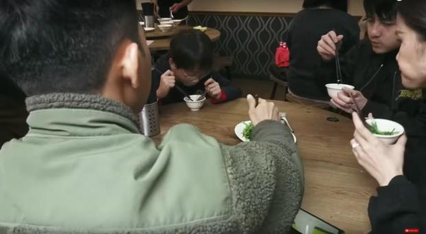 """Đánh liều """"đối đầu"""" với virus Corona, Đông Nhi - Ông Cao Thắng rủ cả gia đình du lịch Đài Loan dịp đầu năm, vui vẻ đi ăn uống khắp nơi - Ảnh 13."""