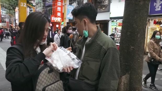 """Đánh liều """"đối đầu"""" với virus Corona, Đông Nhi - Ông Cao Thắng rủ cả gia đình du lịch Đài Loan dịp đầu năm, vui vẻ đi ăn uống khắp nơi - Ảnh 14."""