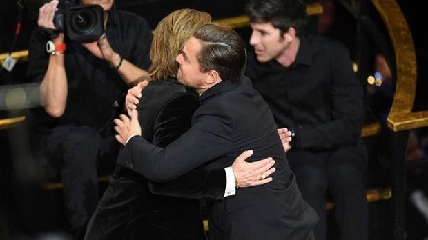Khoảnh khắc ngôn tình hot nhất Oscar 2020: Leonardo nhìn Brad Pitt đắm đuối, tay nắm chặt tay như chỉ đôi ta tồn tại - Ảnh 2.