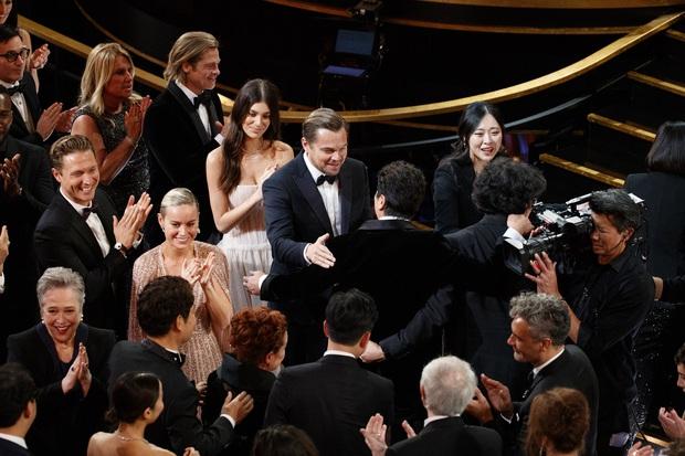 Khoảnh khắc ngôn tình hot nhất Oscar 2020: Leonardo nhìn Brad Pitt đắm đuối, tay nắm chặt tay như chỉ đôi ta tồn tại - Ảnh 4.