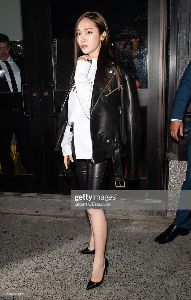 """Jessica Jung lên đồ """"chanh sả"""" dự NYFW nhưng lại bị phóng viên quốc tế dìm thê thảm, lộ từ chân ngắn đến mặt trắng bệch lệch tông - Ảnh 4."""