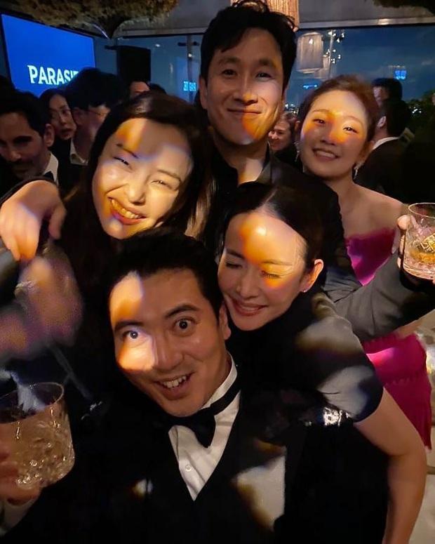 Hoa hậu Hàn và Gong Hyo Jin bỗng bị khủng bố vì dự tiệc hậu Oscar, căng đến mức team Ký sinh trùng phải lên tiếng - Ảnh 1.