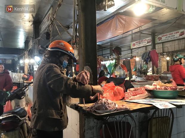 Dùng tay không để lựa chọn thịt tươi sống khi đi chợ, hành động thường thấy có thể gây nguy hại cho nhiều bà nội trợ mùa dịch Corona - Ảnh 6.
