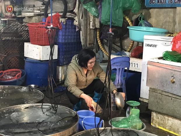 Dùng tay không để lựa chọn thịt tươi sống khi đi chợ, hành động thường thấy có thể gây nguy hại cho nhiều bà nội trợ mùa dịch Corona - Ảnh 11.