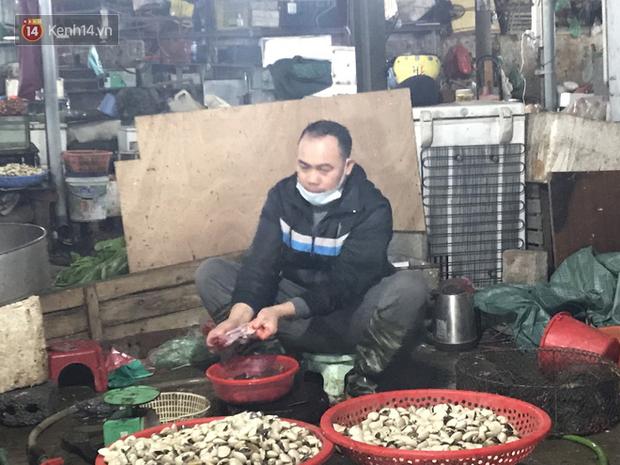 Dùng tay không để lựa chọn thịt tươi sống khi đi chợ, hành động thường thấy có thể gây nguy hại cho nhiều bà nội trợ mùa dịch Corona - Ảnh 12.