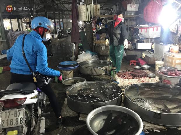 Dùng tay không để lựa chọn thịt tươi sống khi đi chợ, hành động thường thấy có thể gây nguy hại cho nhiều bà nội trợ mùa dịch Corona - Ảnh 7.