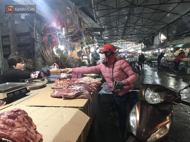 Dùng tay không để lựa chọn thịt tươi sống khi đi chợ, hành động thường thấy có thể gây nguy hại cho nhiều bà nội trợ mùa dịch Corona - Ảnh 3.