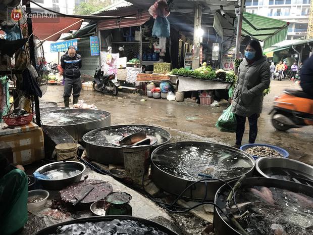 Dùng tay không để lựa chọn thịt tươi sống khi đi chợ, hành động thường thấy có thể gây nguy hại cho nhiều bà nội trợ mùa dịch Corona - Ảnh 8.