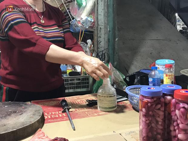 Dùng tay không để lựa chọn thịt tươi sống khi đi chợ, hành động thường thấy có thể gây nguy hại cho nhiều bà nội trợ mùa dịch Corona - Ảnh 15.