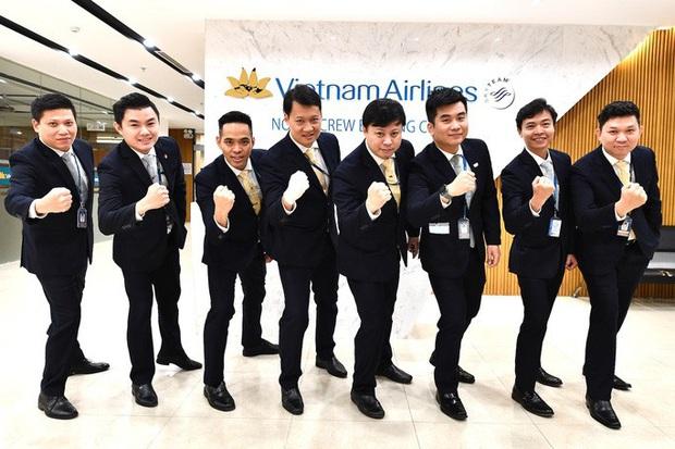 9 giờ không ăn, không uống của phi hành đoàn trên chuyến bay đưa công dân Việt từ Vũ Hán về nước - Ảnh 2.