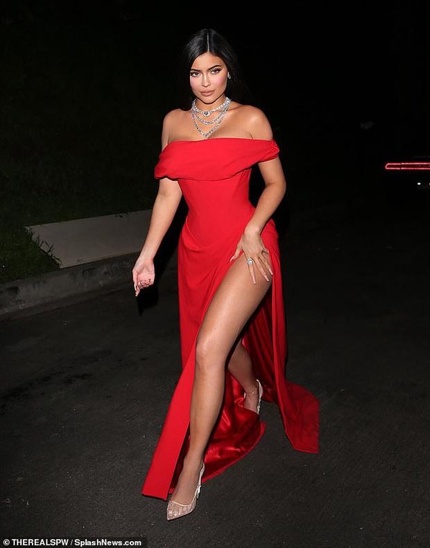 Tiệc hậu Oscar siêu hoành tráng: Kylie quất váy xẻ sâu chặt chém hết cỡ, Khloe - Rihanna chẳng chịu thua chị kém em - Ảnh 1.