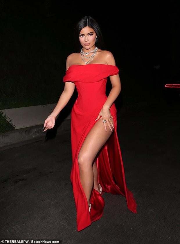 Tiệc hậu Oscar siêu hoành tráng: Kylie quất váy xẻ sâu chặt chém hết cỡ, Khloe - Rihanna chẳng chịu thua chị kém em - Ảnh 2.