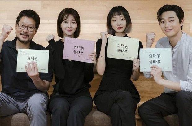 Đang trên đà bùng nổ rating, tình đầu Park Seo Joon ở Thế Hệ Itaewon bất ngờ nhập viện khi quay phim - Ảnh 4.