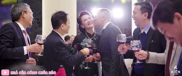 Vợ chồng cựu chủ tịch CLB Sài Gòn hôn nhau ngọt ngào, quẩy cực sung trong đám cưới con gái Quỳnh Anh - Ảnh 1.