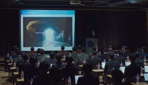 Lộ ảnh hậu trường Crash Landing On You tập cuối: Hyun Bin bị còng tay, tạm biệt Son Ye Jin trước khi đi lãnh án? - Ảnh 3.