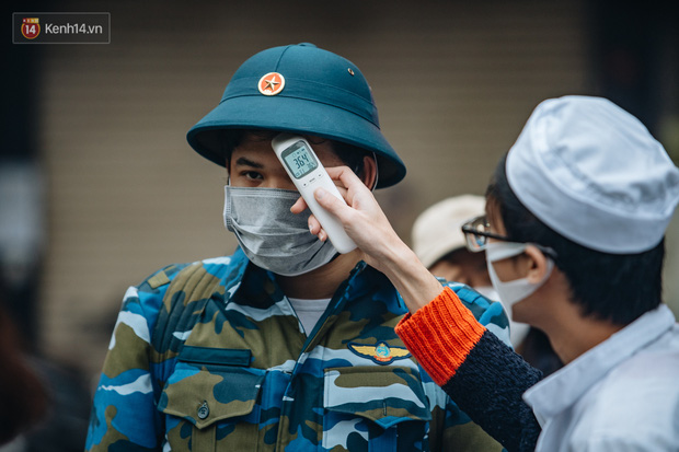 Ảnh: Đo thân nhiệt, phát khẩu trang cho các tân binh tại lễ giao nhận quân nhân giữa dịch virus Corona - Ảnh 2.