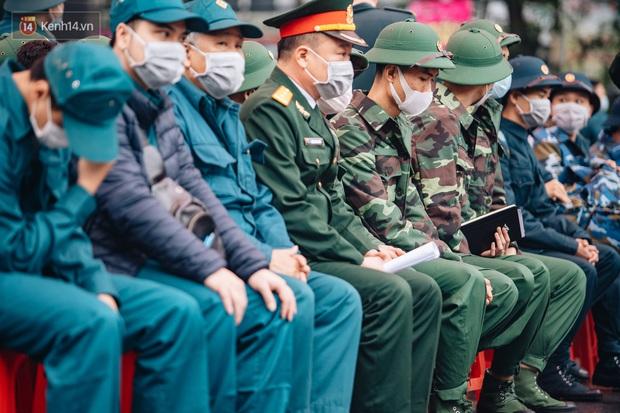 Ảnh: Đo thân nhiệt, phát khẩu trang cho các tân binh tại lễ giao nhận quân nhân giữa dịch virus Corona - Ảnh 3.