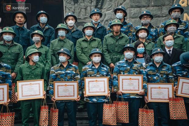 Ảnh: Đo thân nhiệt, phát khẩu trang cho các tân binh tại lễ giao nhận quân nhân giữa dịch virus Corona - Ảnh 5.