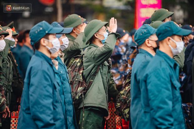 Ảnh: Đo thân nhiệt, phát khẩu trang cho các tân binh tại lễ giao nhận quân nhân giữa dịch virus Corona - Ảnh 6.