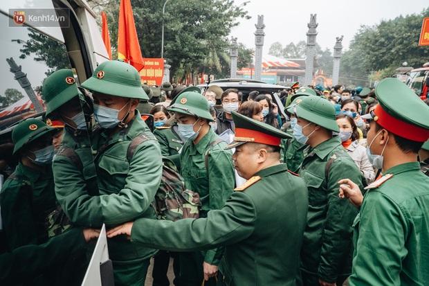 Ảnh: Đo thân nhiệt, phát khẩu trang cho các tân binh tại lễ giao nhận quân nhân giữa dịch virus Corona - Ảnh 14.