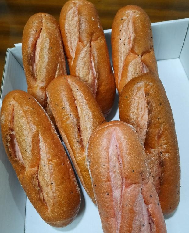 Bánh mì thanh long: món mới chỉ 6k/chiếc - vừa thử đồ lạ lại vừa giúp bà con giải cứu nông sản Việt trong mùa dịch virus corona - Ảnh 3.