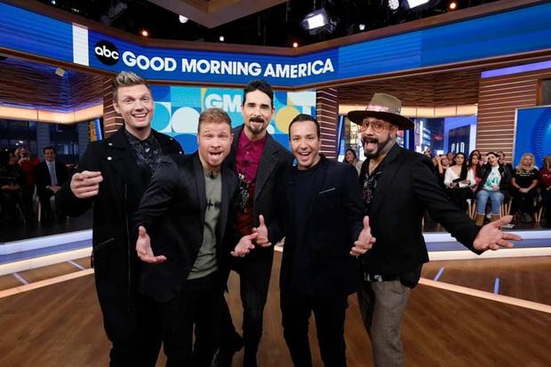 Tái xuất trên truyền hình, nhóm nhạc huyền thoại Backstreet Boys còn giúp 2 fan cầu hôn thành công - Ảnh 1.