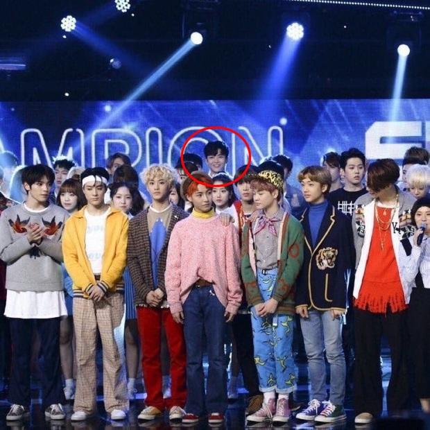 """Đứng cuối sân khấu nhưng nam idol mới nổi vẫn giật spotlight, biến dàn mỹ nam nhà SM thành """"chú lùn"""" nhờ chiều cao 1m91 siêu soái - Ảnh 2."""