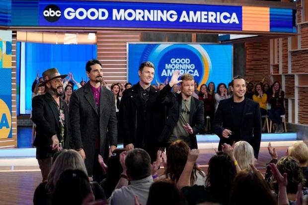 Tái xuất trên truyền hình, nhóm nhạc huyền thoại Backstreet Boys còn giúp 2 fan cầu hôn thành công - Ảnh 2.