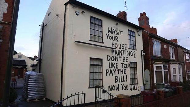 Đòi nợ kiểu cục súc: sơn thẳng thông điệp lên nhà con nợ để dằn mặt, hai bên quyết chiến tới cùng - Ảnh 1.