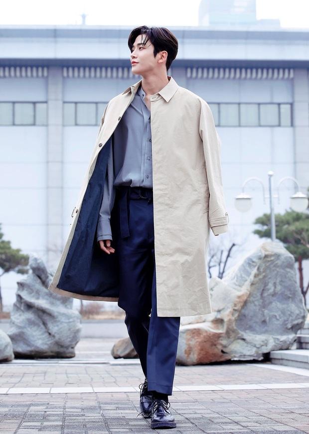 """Đứng cuối sân khấu nhưng nam idol mới nổi vẫn giật spotlight, biến dàn mỹ nam nhà SM thành """"chú lùn"""" nhờ chiều cao 1m91 siêu soái - Ảnh 1."""