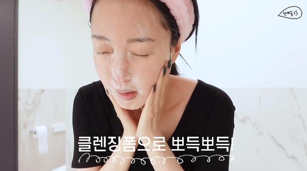 39 tuổi vẫn có làn da trẻ như gái đôi mươi, nào ngờ Han Ye Seul có thói quen skincare rất tai hại mà ai cũng nên tránh kẻo da xấu không lối thoát - Ảnh 2.