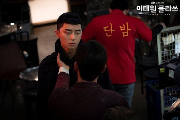 Review Tầng Lớp Itaewon: Các chị đại kình nhau cực gắt, càng xem càng choáng kế hoạch báo thù 15 năm của đầu gấu Park Seo Joon - Ảnh 2.