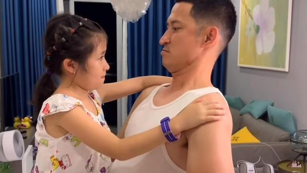 """Con gái Huy Khánh khóc như mưa khi thấy bố trở về từ """"Sao nhập ngũ"""" - Ảnh 4."""