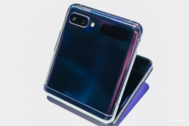 Cận cảnh Samsung Galaxy Z Flip: Thiết kế gập dọc, chất liệu kính dẻo, vẫn có vết nhăn, giá 1380 USD - Ảnh 1.
