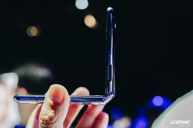 Cận cảnh Samsung Galaxy Z Flip: Thiết kế gập dọc, chất liệu kính dẻo, vẫn có vết nhăn, giá 1380 USD - Ảnh 3.