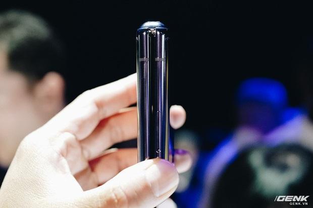 Cận cảnh Samsung Galaxy Z Flip: Thiết kế gập dọc, chất liệu kính dẻo, vẫn có vết nhăn, giá 1380 USD - Ảnh 6.